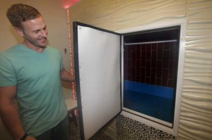 Mike Redman demonstrates the Metal Room float chamber at Oly Float